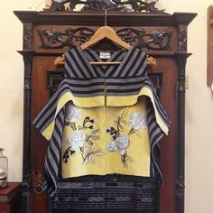 Desain untuk anak2 Blouse Batik, Batik Dress, Model Kebaya, Everyday Casual Outfits, Batik Kebaya, Batik Fashion, Plain Dress, Maternity Tops, Minimal Fashion