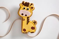 This baby giraffe cookie is perfect for an animal themed baby shower- and could make the perfect addition to a goody bag for guests or sweet table! Cookies For Kids, Fancy Cookies, Iced Cookies, How To Make Cookies, Fondant Cookies, Cupcake Cookies, Cupcakes, Giraffe Cookies, Baby Shower Giraffe