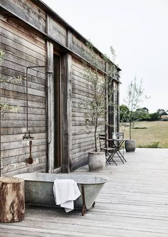 Rustic luxury in the Victorian countryside (Desire To Inspire) Outdoor Tub, Outdoor Baths, Outdoor Bathrooms, Outdoor Rooms, Tin Bath, Chic Beach House, Beach Houses, Shed Homes, Beach Shack