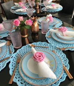 Flor de crochê: aprenda a fazer e inspire-se com 90 aplicações diferentes Crochet Placemat Patterns, Crochet Doilies, Crochet Kitchen, Crochet Home, Diy Blanket Ladder, Crochet Decoration, Beautiful Table Settings, Napkin Folding, Table Arrangements