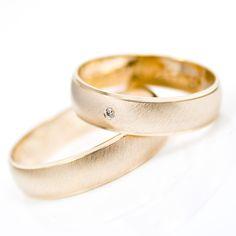 Goldhaus.com Trauringe 5mm breit Oberfläche quermatt mit polierten Stufen an beiden Seiten Damenring mit einem echten Brillanten Brillantgewicht 0,01c