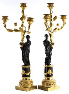 Höhe: ca. 67,5 cm. 19. Jahrhundert. Bronze, vergoldet und schwarzbraun patiniert. Jeweils dreiflammig, als Gegenstücke gearbeitet, mit Mann und Frau in...