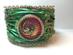 Shibori zijde kraal geborduurd Manchet armband met Tsjechisch glas cabochon