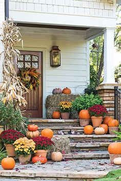 Herbst Veranda dekorieren Decorating the autumn porch Autumn is the best season and also the time of creation. Small Porches, Fall Front Porches, Autumn Decorating, Decorating Ideas, Fall Home Decor, Autumn Theme, Seasonal Decor, Fall Porch Decorations, Porch Ideas For Fall