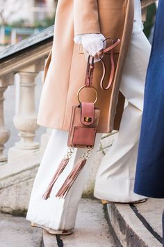 As Fashion Week takes over the French capital, discover the best street looks taken outside the shows by photographer Sandra Semburg. Fashion Moda, Fashion Week, Look Fashion, Fashion Bags, Fashion Accessories, Street Fashion, Womens Fashion, India Fashion, Japan Fashion