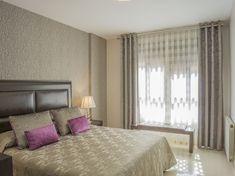 Dormitorio con elegantes dobles cortinas - Villalba Interiorismo