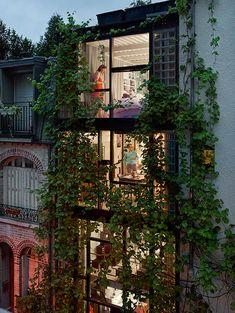 Gail Albert Halaban é um fotógrafo americano baseado em Nova York, que explora os momentos íntimos e a privacidade de seus vizinhos através de fotografias roubadas em janelas dos edifícios em Paris.