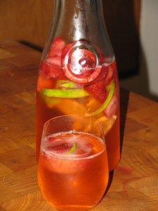 Strawberry Lime Spritzer- 0 calories (There are several other flavored water recipes on her site. Refreshing Drinks, Fun Drinks, Yummy Drinks, Healthy Drinks, Alcoholic Drinks, Healthy Water, Healthy Foods, Healthy Detox, Dessert Drinks
