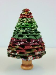 This is a guide about making yo yo Christmas trees. Christmas fabric yo yos can be used to make a variety of Christmas tree craft projects. Fabric Christmas Ornaments, Christmas Tree Crafts, Christmas Colors, Christmas Projects, Christmas Tree Decorations, Holiday Crafts, White Christmas, Frugal Christmas, Christmas Sewing