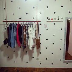 Um quarto de verdade com arara suspensa + adesivos fazendo vias de papel de parede: | 15 ideias de decoração de quartos da vida real para você se inspirar