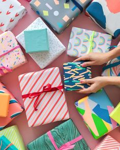 Colorful gift wrapping ideas = perfect for the upcoming christmas season. We all need creative ideas for the gift wraps especially for these unexpected last minute gifts you're 'forced' to make - remember, you can never have too much ideas for that! Wrapping Paper Design, Gift Wrapping Paper, Christmas Gift Wrapping, Wrapping Papers, Birthday Gift Wrapping, Creative Gift Wrapping, Wrapping Ideas, Pretty Packaging, Gift Packaging