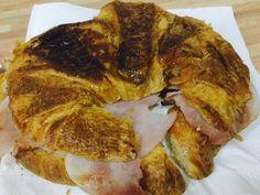 Tan fácil y Rápido que más que una receta será una idea para qué desayunar mañana. Un Croissant de Jamón y Queso listo en 10 minutos.