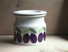 Jam Pot Plum FA-2    No.KF-pjp03   SOLD OUT  design: Kaj Franck カイ・フランク >>  decoration: Raija Uosikkinen ライヤ・ウオシッキネン   maker: ARABIA (finland) >> 1965-1975  size: H9.2cm 底Φ9.8cm  porcelain Vintage Images, Finland, Planter Pots, Kitchens, Porcelain, Dining Room, Ceramics, Design, Home Decor