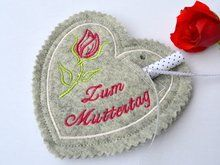 Ith Freebie Stickdatei Minibuch-Hülle für den 13x18 Rahmen Baby Shoes, Free Machine Embroidery, Boy Or Girl, Small Bags, Cash Gifts, Bruges Lace, Felt, Baby Boy Shoes