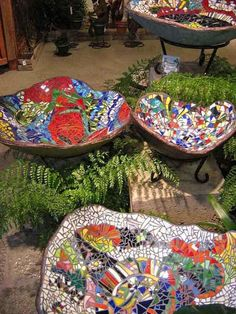 DIY Mosaic projects are really popular these days and here are a few creative DIY mosaic ideas for garden to follow. What a great idea to decorate Mosaic Birdbath, Mosaic Garden Art, Mosaic Art, Mosaic Glass, Glass Art, Easy Mosaic, Stained Glass, Concrete Bowl, Concrete Garden
