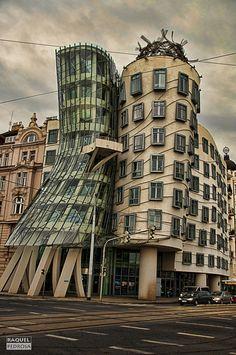 La Casa Danzante es uno de los monumentos de Praga que mayor reconocimiento tiene, pues además de los habituales turistas que llegan para contemplarla, suele ser visitada por arquitectos que encuentran en este edificio una variedad tan extensa de perspectivas y formas que siendo combinadas logran un producto moderno pero al mismo tiempo bastante emblemático para la ciudad.