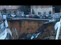 Un'enorme voragine nel quartiere romano.Le auto finiscono nel vuoto