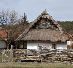 Folk architecture of Hungary – Fronts Vernacular Architecture, Historical Architecture, Architecture Design, Hut House, Medieval World, Thatched Roof, European House, Traditional House, Country Style