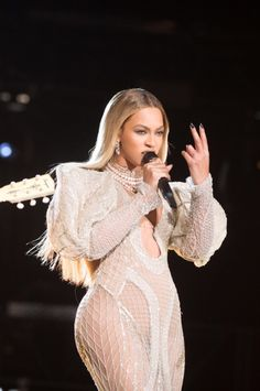 Find images and videos about beyoncé, mrs carter and queen bey on We Heart It - the app to get lost in what you love. Beyonce Knowles Carter, Beyonce And Jay Z, Beyonce Performance, Divas, Beyonce Coachella, Beyonce Style, Elisabeth Ii, Destiny's Child, Queen B