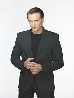 Juan Soler es Víctor de Rosas, un hombre adinerado que ha construido su prestigio a través de los negocios sucios. Latino Actors, Hall Pass, Role Models, Character Inspiration, Suit Jacket, Singer, Suits, Celebrities, Sexy