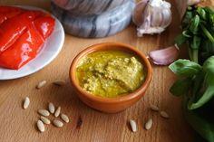 Il pesto di peperoni Bimby è una variante del famoso pesto genovese. Grazie ai peperoni puoi usare poco olio e poco basilico!