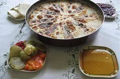 Looks similar to Saganaki and Queso fundido. Flija with Sac Food. My cousin makes the best sac in Korca Albanian Cuisine, Albanian Food, Albanian Recipes, Turkish Recipes, Visit Albania, International Recipes, Tasty Dishes, Bakery, Bread