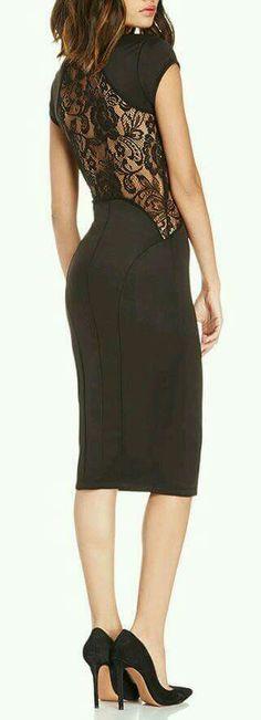 Vestido negro con encaje en espalda.