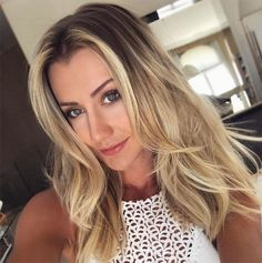 O novo longo é o queridinho de 2017! Com comprimento na altura de até cinco cm abaixo do ombro, é uma boa opção de corte para cabelos ralos e finos. Medium Hair Styles, Long Hair Styles, Platinum Blonde Hair, New Haircuts, Long Bob, How To Make Hair, Summer Hairstyles, Ombre Hair, Hair Looks