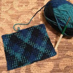 Ben bu ekose oluşturmayı çok sevdim galiba saat 1:.30  ben hala örüyorum gerçekten insanı müthiş dinlendiren bir terapi örgü örmek Knitting Stitches, Tartan, Crochet Bikini, Weaving, Photo And Video, Crochet Ideas, Color, Instagram, Fashion