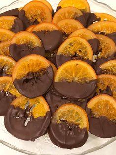πορτοκαλια καραμελωμενα με σοκολατα 5 πορτοκαλια μετρια περιπου στο ιδιο μεγεθος ολα και με λεπτη φλουδα 3 ποτηρια ζαχαρη 3 ποτηρια νερο1 στικ βανιλιας 2 κουβερτουρες παυλιδη Δείτε ακόμα:Μπαστουνάκια πορτοκαλιού με σοκολάτα Πλενω τα πορτοκαλια Τα κοβω λεπτες φετες 1/2 εκ ολες ιδιο παχος αφαιρω το πρωτο και το τελευταιο κομματι Βαζω το νερο τη … Greek Sweets, Greek Desserts, Greek Recipes, No Bake Desserts, Dessert Recipes, Cookbook Recipes, Cooking Recipes, Greek Cake, Best Dishes