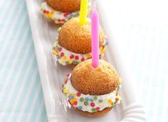 Klein, maar o zo fijn. Deze lekkere traktatie maak je met bitterkoekjes, slagroom en een hoop plezier! > http://www.flairathome.nl/zelfmaken/2617/ #diy #traktatie #kids #bitterkoekjes #fun