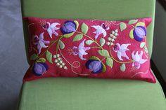cojin Más Applique Pillows, Felt Applique, Applique Quilts, Embroidery Applique, Felt Fabric, Fabric Art, Jacobean Embroidery, Basket Quilt, Penny Rugs