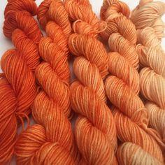Orange gradient on minis #motherofpurl #dyealltheyarn #minis #merinonylon #knittersofinstagram #knitstagram