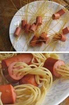 Hoe creatief! Steek de niet gare spaghetti door de stukjes worst. Koken en klaar!
