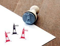 Ein süßer Stempel um tolle DIY Projekt zu gestalten. Ob Karten, Geschenkanhänger, Einladungen uvm deiner Fantasie sind keine Grenzen gesetzt. Den Stempel Leuchtturm gibt es bei www.party-princess.de. Den Stempel kann man auch wunderbar zur Gestaltung maritimer Dekoration verwenden oder an Küstenfreunde oder Nordlichter verschenken.