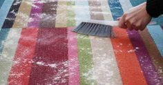 Halıları yıkamadan, olduğu yerde pratik bir şekilde halı temizleme mümkündür. Çok basit malzemeler ile bu temizliği yapmak için... Picnic Blanket, Outdoor Blanket, Diy Pins, Blog Tips, Clean House, Cleaning Hacks, Living Room Designs, Diy And Crafts, Carpet