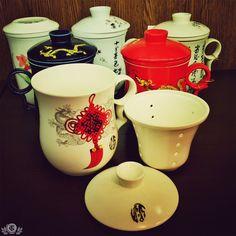 """Призываем всех заваривать правильный чай и никаких """"пакетиков""""! Если и металлическое сито не по душе, то фарфоровая кружка с фарфоровым ситом и крышечкой-подставкой самый хороший вариант, а удобная ручка-кольцо не даст вашей кружке ускользнуть от вас в самый неожиданный момент) ."""