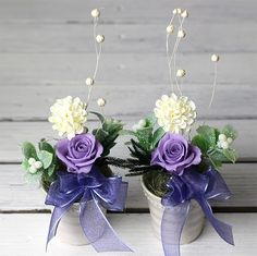 枯れないお花、プリザーブドフラワーとアーティフィシャルフラワーのお供えのお花です。 きれいな状態が長持ちしますので、季節を問わず安心して飾って頂けます。 シックな紫と白の上品な色合いです。 対で飾って頂けるよう2個セットでお届けします。