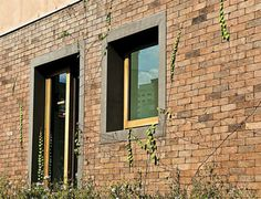 Nem os tons nem as medidas dos tijolos são comuns. Para recobrir a fachada d...