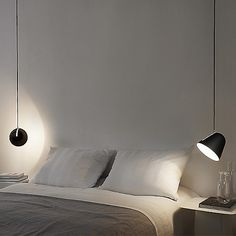 The choice of the bedside lamp is essential to bring the final touch to a cozy and warm room. Lighting, lamp type, choice of bulb or design, deco.fr gives you all the tips to make the right choice. Master Bedroom Interior, Modern Bedroom, Bedroom Decor, Bedroom Kids, Contemporary Home Furniture, Contemporary Bedroom, Luminaire Design, Bedroom Lighting, Light Bedroom