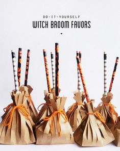 Don& forget the treat bags! I made these little witch broom favors last minute for my son& preschool halloween party after realizing the party wasn& on actual Halloween. Inspired by a version I saw. Halloween Snacks, Halloween Taschen, Preschool Halloween Party, Fröhliches Halloween, Halloween Class Party, Halloween School Treats, Adornos Halloween, Manualidades Halloween, Halloween Favors