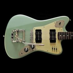 This is the classic Deimel Firestar in »Venus Fern Green«, our self developed color in the manner of 60ies style car finishes. Combined with black plastic parts and the three component pickguard (nickel control plates with gold anodized aluminum center piece) this one has become an all time favor...
