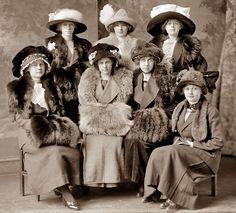 Grupo de damas de 1911 posando en evento de la época, Montevideo, Uruguay.