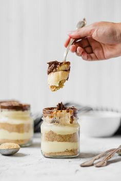 NoBake Eclair Cake in Mason Jars are the perfect summer dessert Layers of graham cracker crumbs vanilla pudding and chocolate frosting make up this tasty treat Get the fu. Mason Jar Cakes, Mason Jar Desserts, No Bake Desserts, Easy Desserts, Delicious Desserts, Dessert Recipes, Mason Jars, Jar Recipes, Freezer Recipes