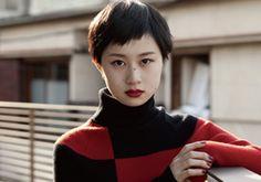 MISSION 38 : 黒髪&赤リップで潔さが光るヘア&メイク。くっきりした色使いに、パッと目を引くヒントが隠されています。 | マガジンワールド
