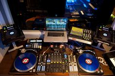 damn, what a set up Edm Music, Techno Music, Dance Music, Home Studio Music, House Music, Music Is Life, Turntable Setup, Dj System, Dj Decks