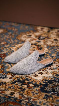 Akani Angora Mules in Grey. Slide loafers with a pointy toe, padded leather foot bed and rubber soles. Slip on. COMPOSITION AND CARE Professional Clean Angora Fur / Synthetic Leather SIZE AND FIT 0.25