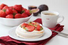 Minipavlova er en nydelig dessert, og med sesongens første norske jordbær blir de en skikkelig høydare! Jordbærene har her fått selskap av syrlig pasjonsfrukt, noe som er en herlig kombinasjon mot den søte og crispy pavlovaen.