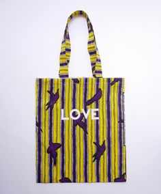 Tote bag en wax coloris violet et jaune, sérigraphié LOVE. Petit logo Goldensimone sérigraphié au dos du sac. de la boutique goldensimone sur Etsy
