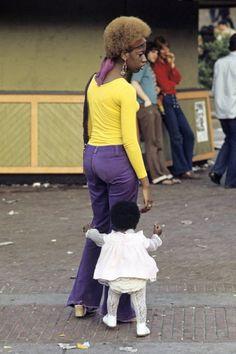 Harlem: The Ghetto. New York City- Harlem- juillet 1970: le ghetto; contraste de couleur et de taille : une femme et sa fille dans la rue. (Photo by Jack Garofalo/Paris Match via Getty Images)